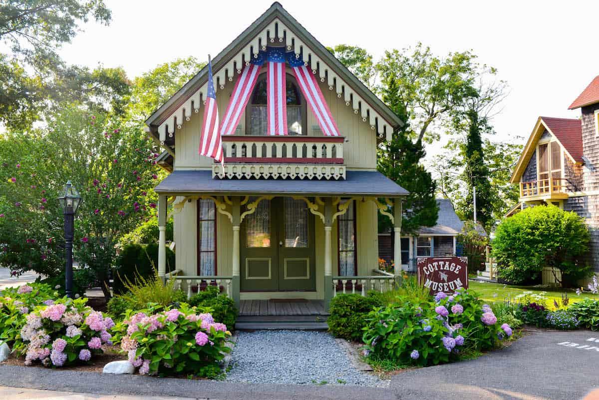 Martha 39 s vineyard oak bluffs gingerbread cottages for Gingerbread houses martha s vineyard